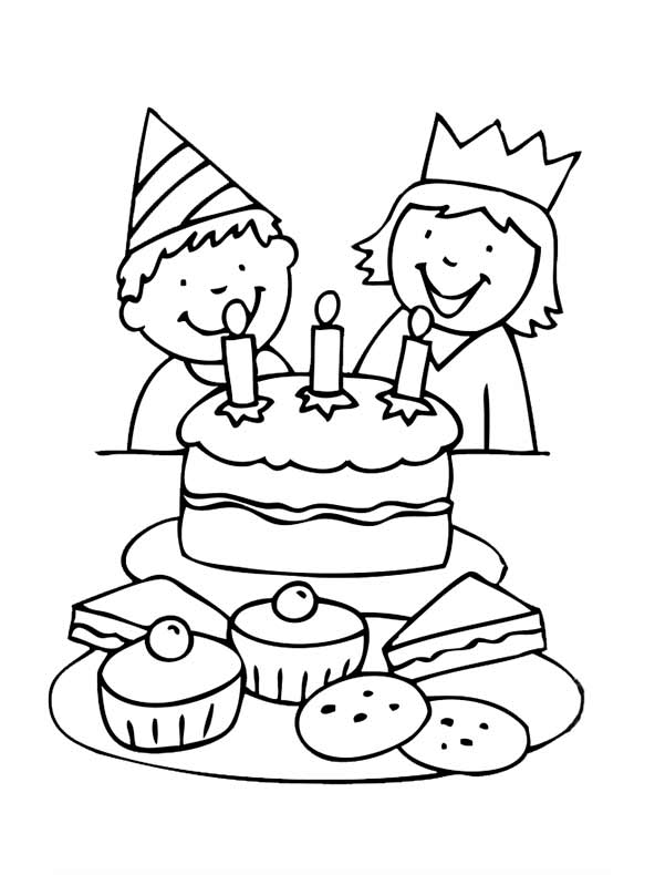 kinder mit Geburtstagskuchen