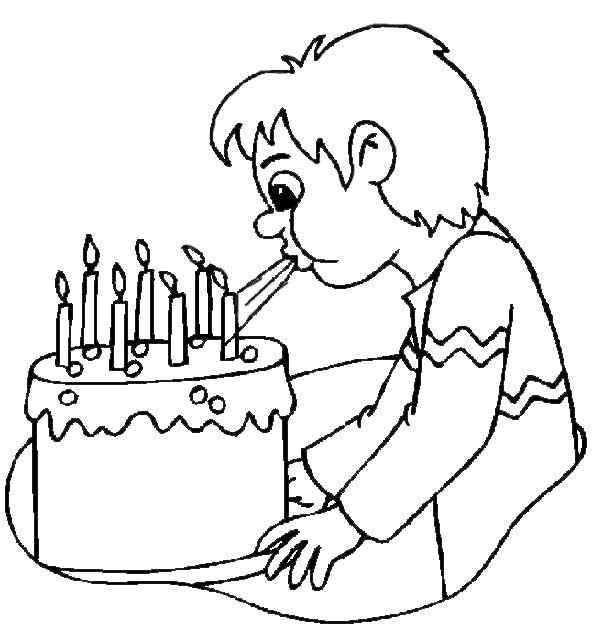 Junge bläst Kerzen